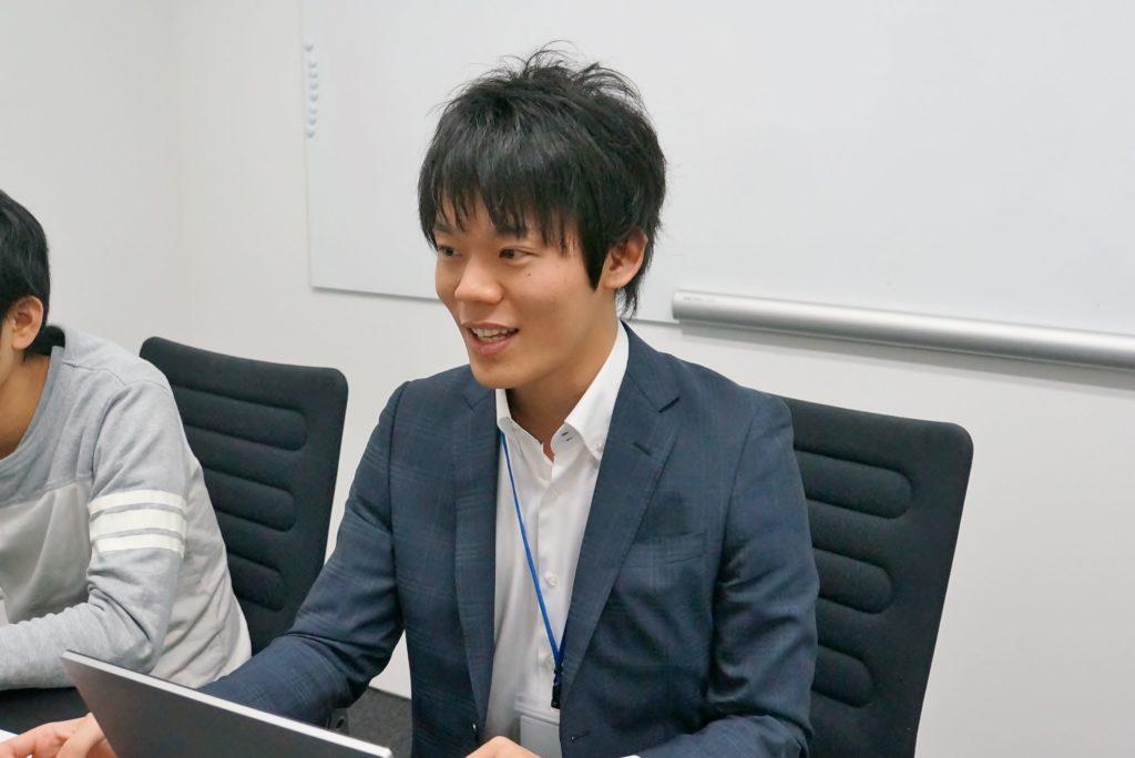 気になったニュースを発表するキャリア事業部の眞鍋