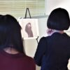 絵画を鑑賞するワークショップ参加者